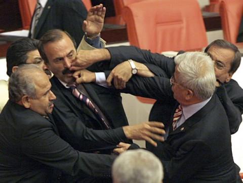 Tyrkiske parlamentarikere lærer hverandre å kjenne.