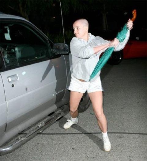 Britney reagerer sunt og naturlig på plagsom paparazzifotograf.